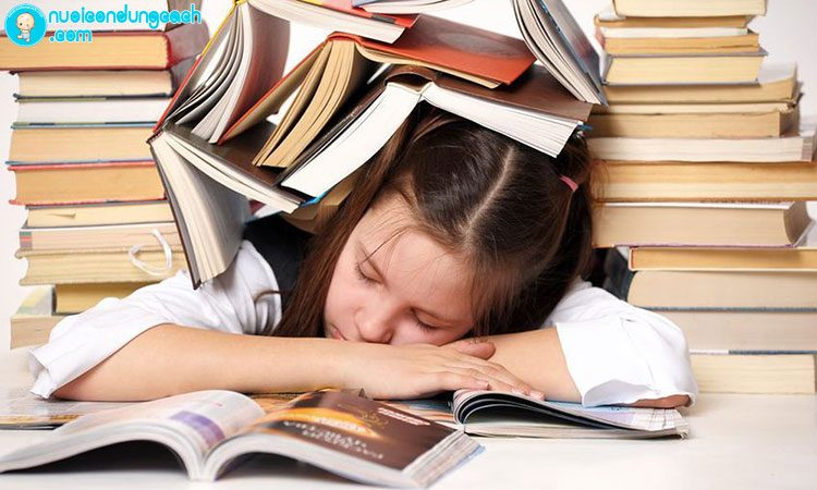 """Con bị """"ngộp"""" trong việc học hành, không có thời gian vui chơi"""
